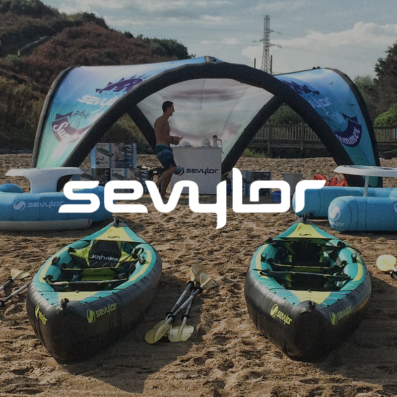 Deux personnes pratiquant de la marque Sevylor le canoë kayak dans un paysage paradisiaque