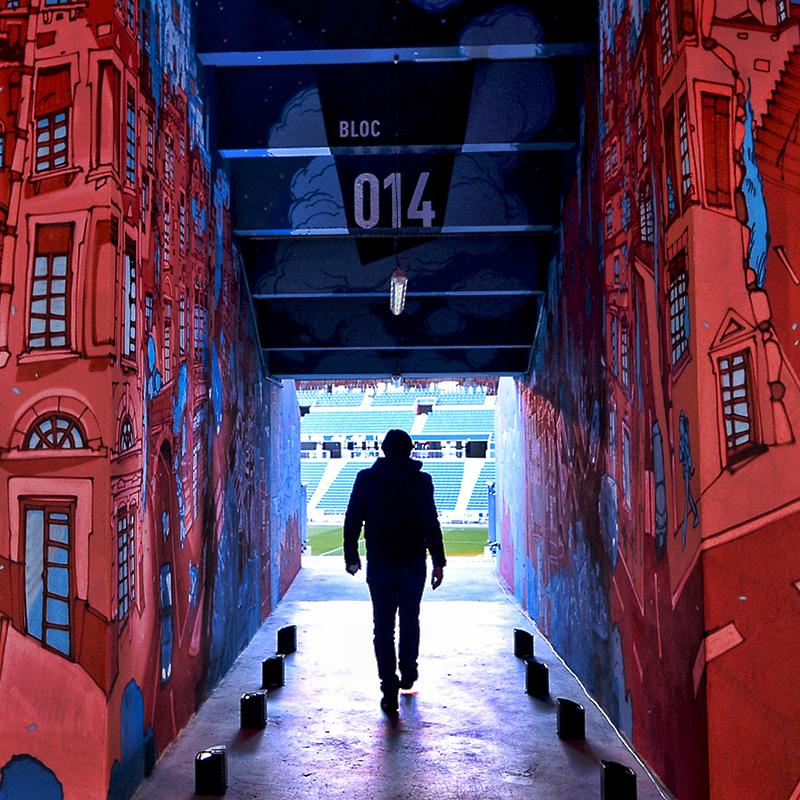 Mur du Groupama Stadium recouvert d'une oeuvre de street art représentant un oiseau