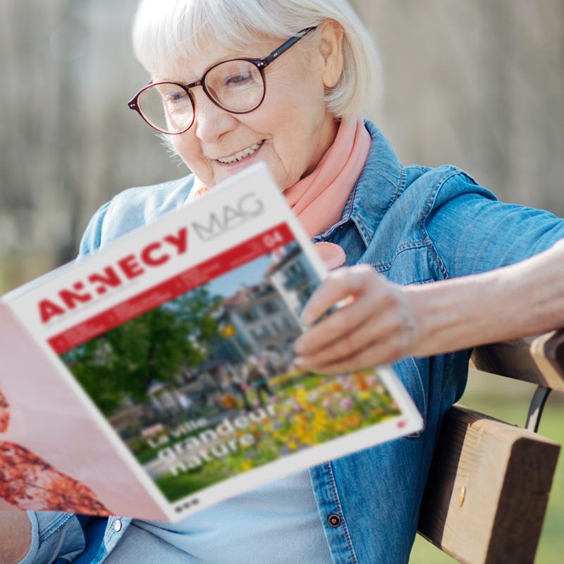 Senior lisant le magazine AnnecyMag