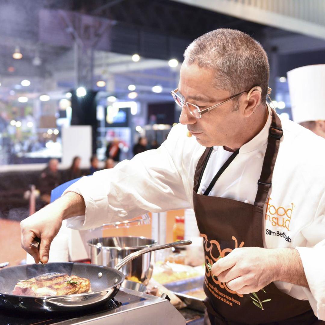 Préparation culinaire en live pendant le salon Food In Sud à Marseille