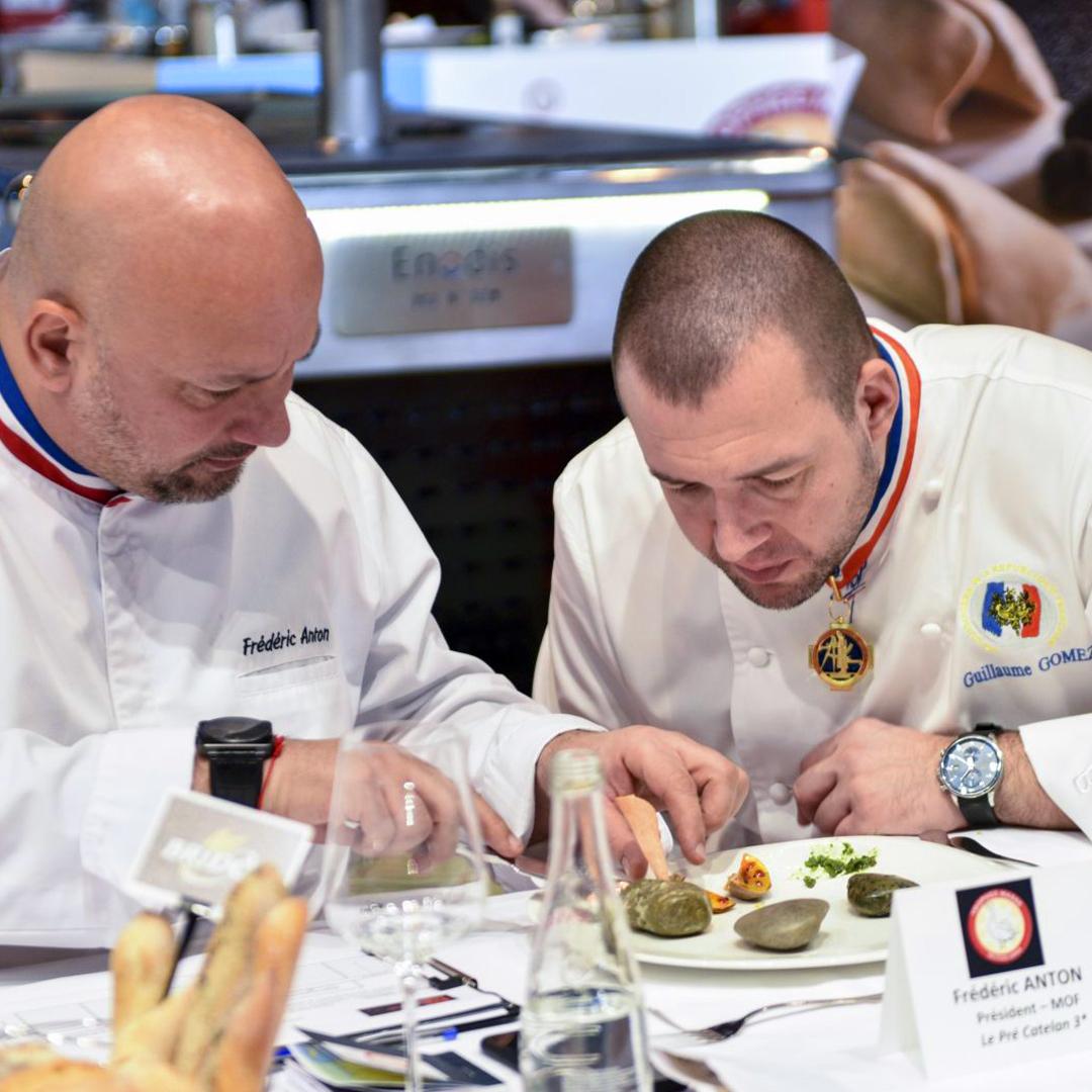 Deux chefs gastronomique dressant minutieusement un plat sur le salon Food In Sud
