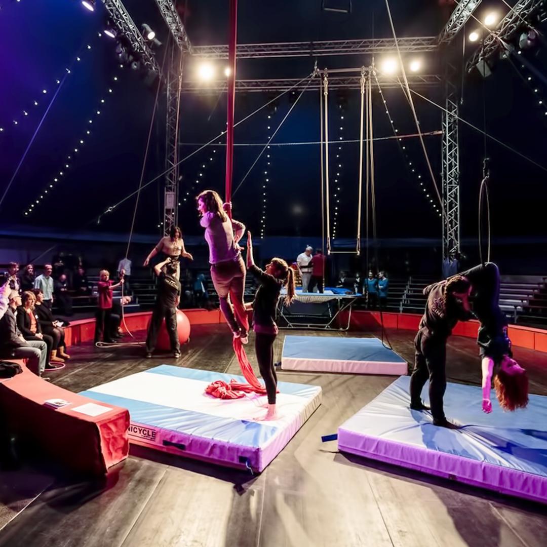 Salariés SNCF en train d'apprendre à faire les acrobates au cours d'un team bulding