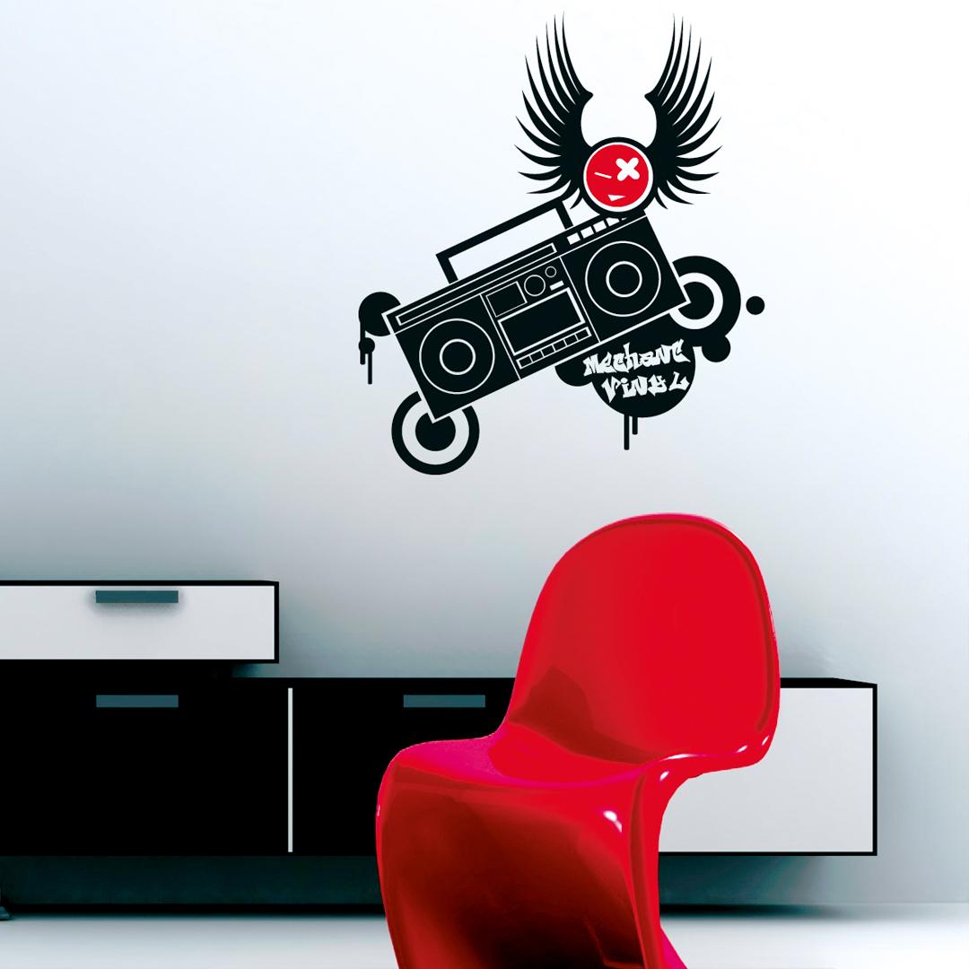 Sticker d'un poste de radio designé avec le logo de la marque en rouge assorti à la couleur de la chaise moderne en premier plan