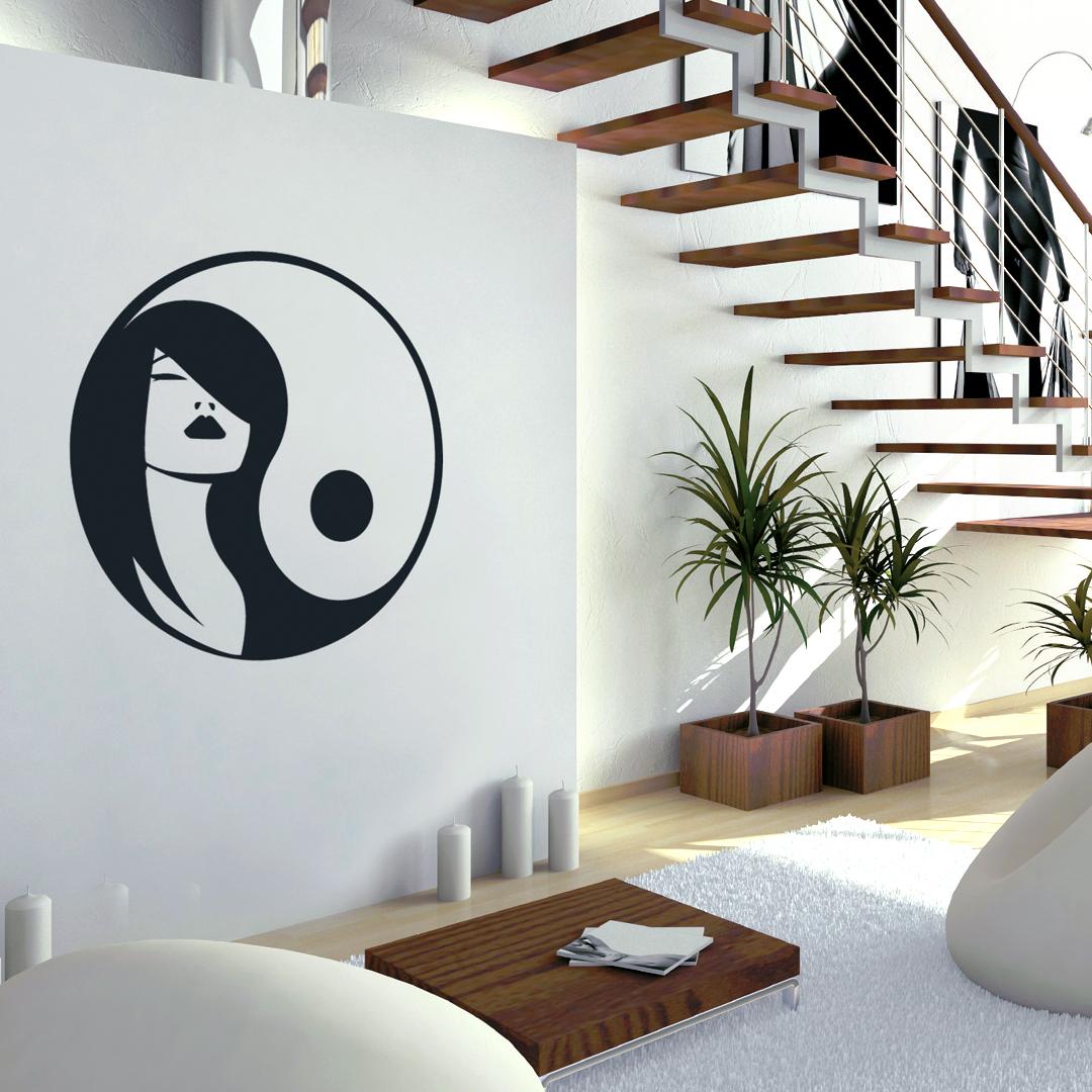 Mise en situation d'un sticker Méchant Vinyl d'un Ying Yang avec visage d'une femme sous un escalier en bois