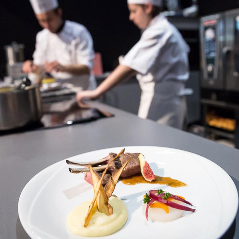 Chefs cuisinier jetant leur toque pour célébrer la clôture du concours Gargantua
