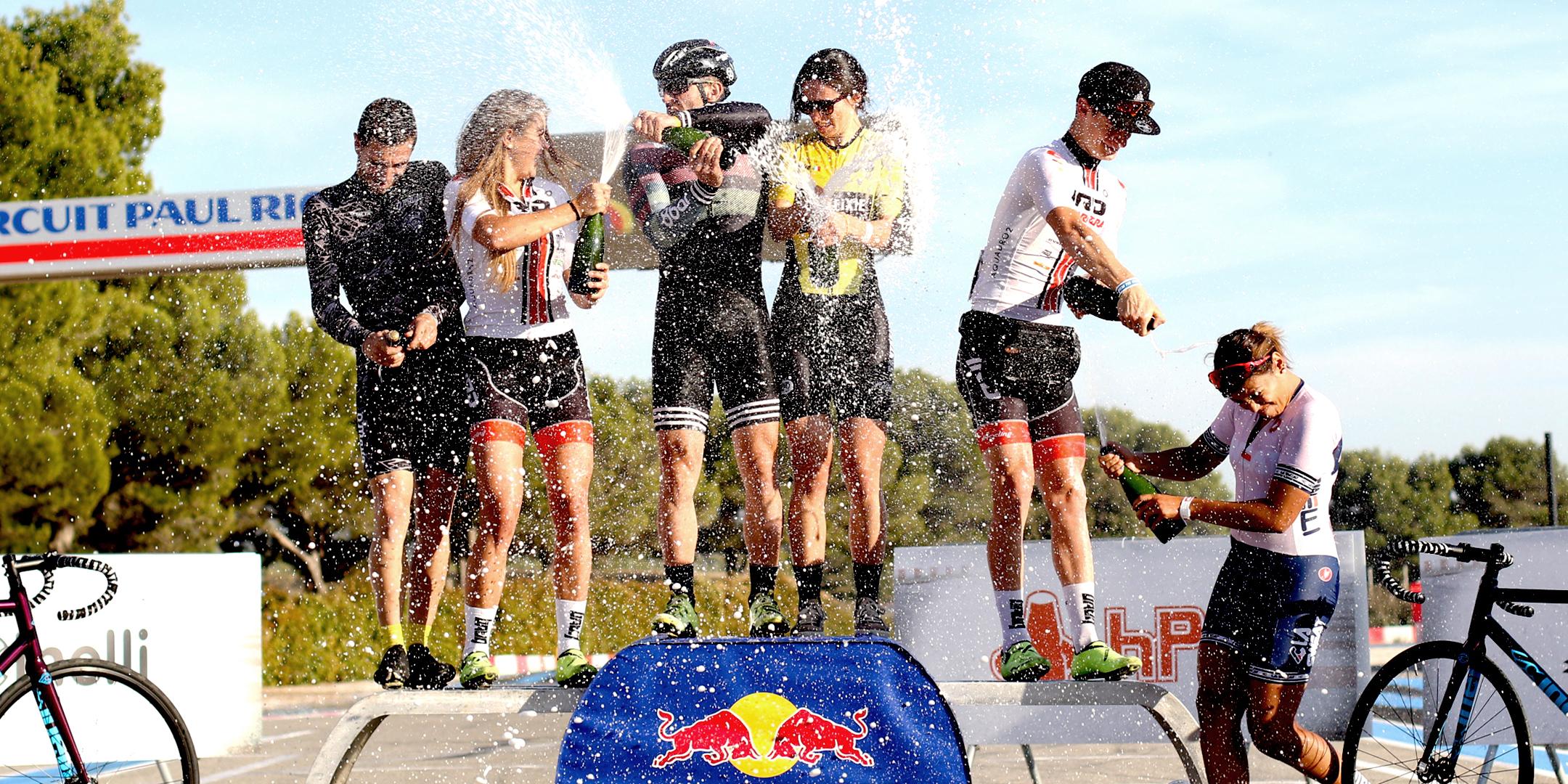 Photographie de cyclistes professionnelles sur le prodium en train de faire une douche de champagne