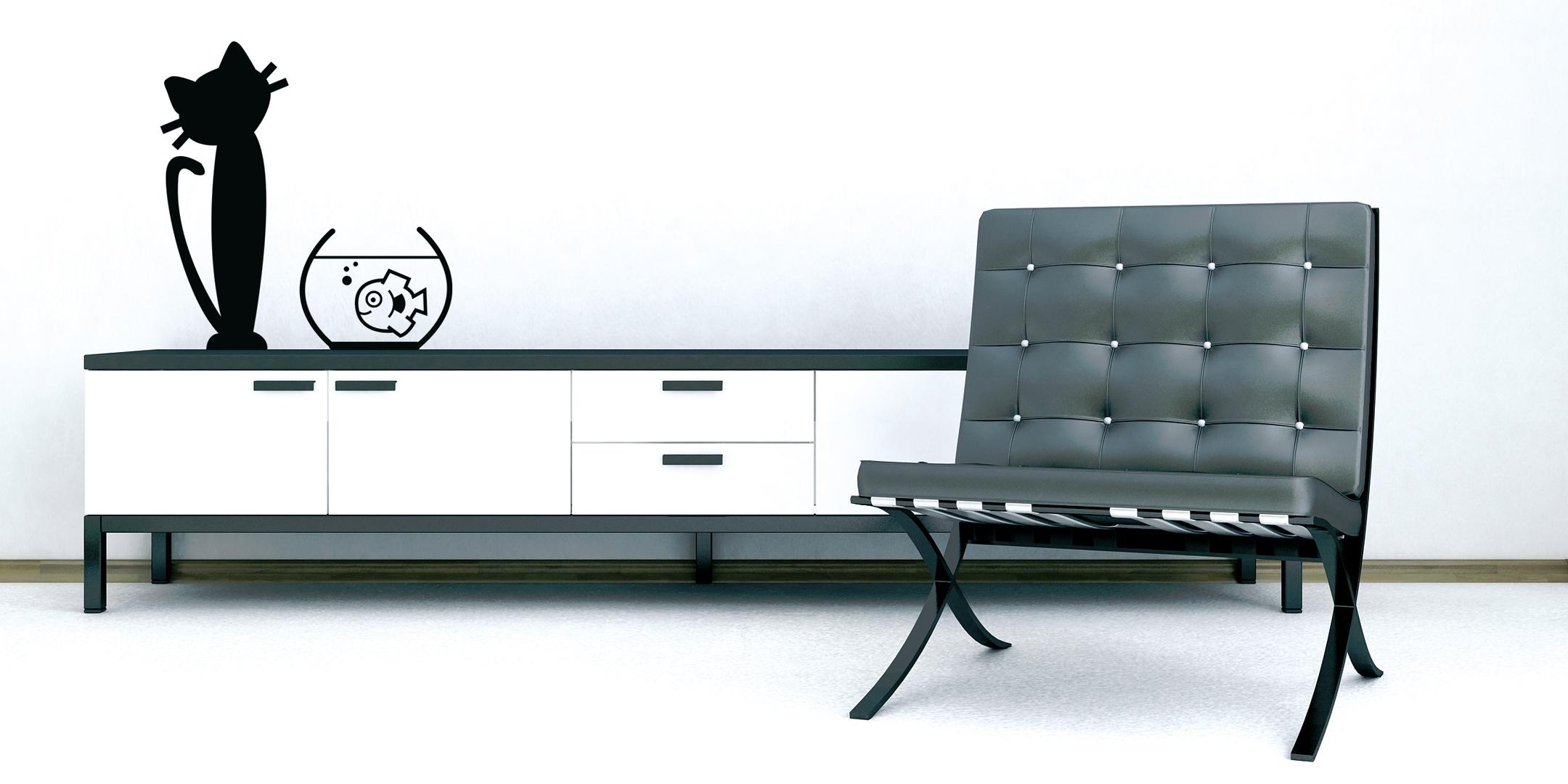 Décor de mise en situation d'un sticker chat de Méchant Vinyl dans un salon avec une commode et une fauteuil noir