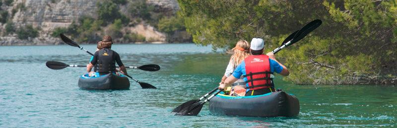 Deux kayak naviguant de dos sur une eau calme