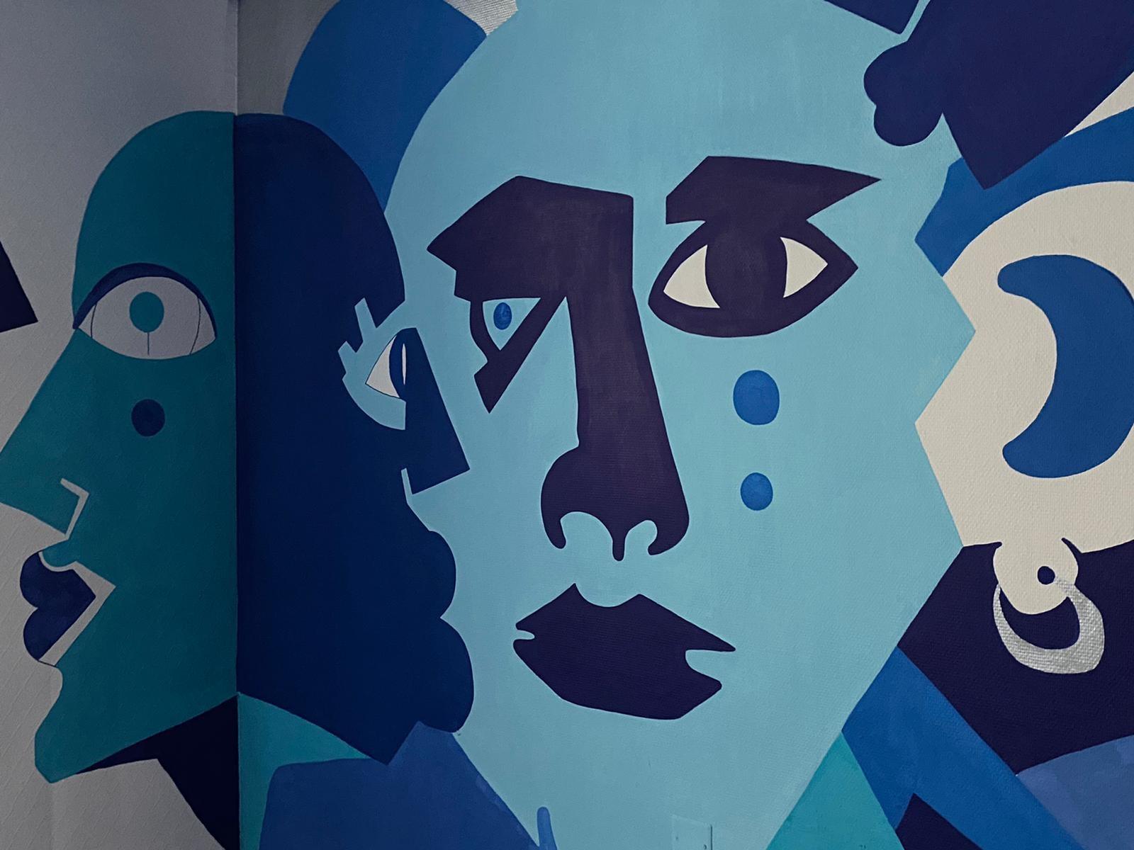 Salle du Colorama Festival avec des dessins bleu sur les murs sous forme de visage réalisé par l'artiste JAIN