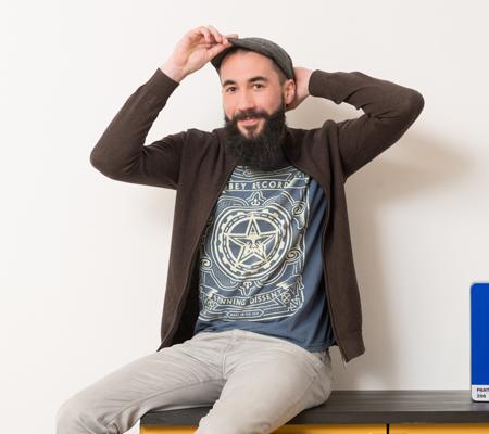 Portrait photo d'Antoine, notre graphiste et directeur artistique de l'agence