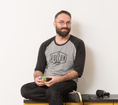 Portrait photo de Guillaume, notre développeur web à l'agence