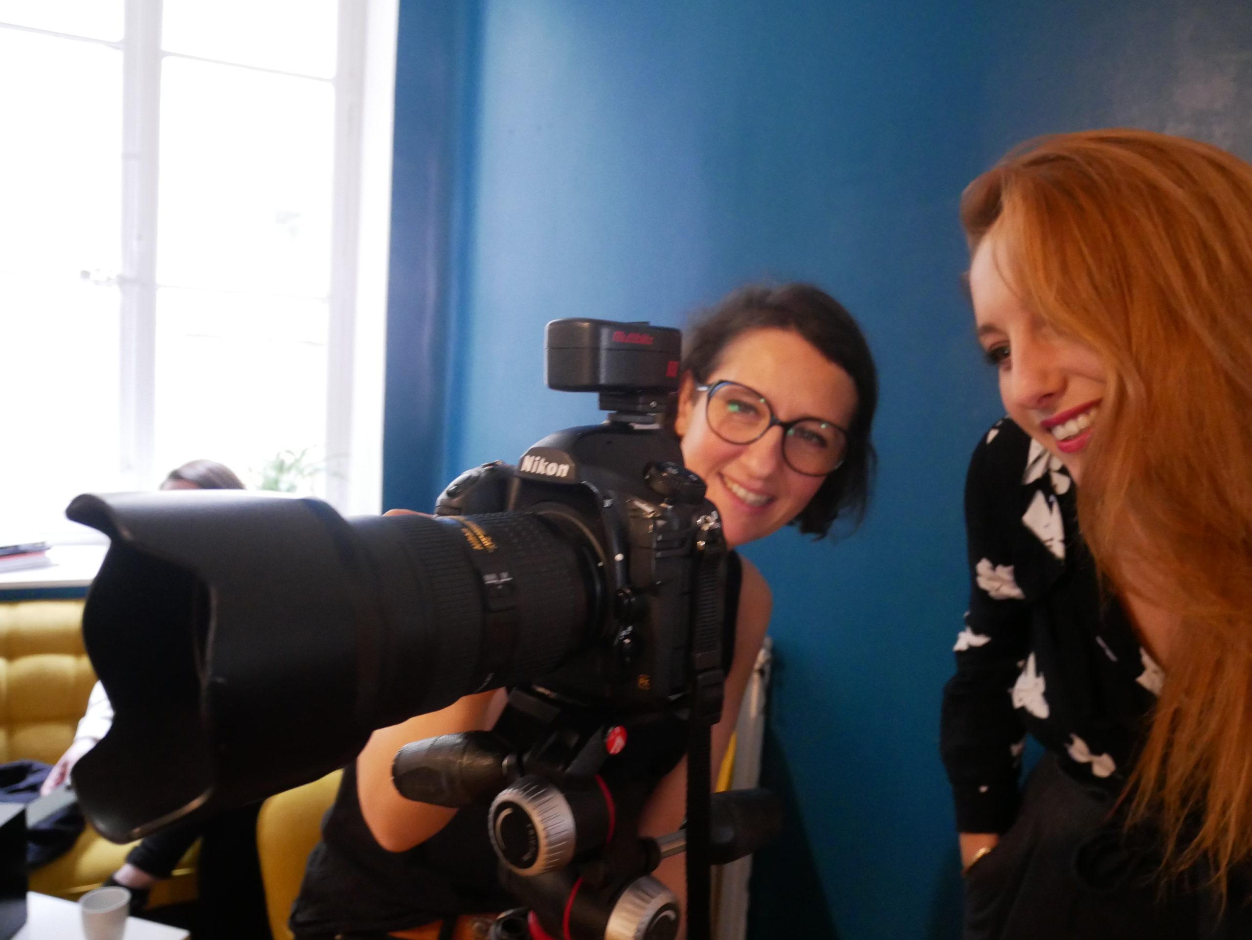 Photographe et Elsa échangeant sur les photos prise au cours du shooting de l'agence