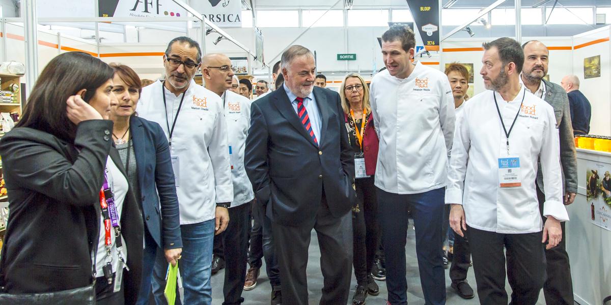 Discussion entre professionnels de la cuisine et personnages politiques