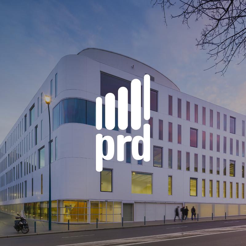 Logo de la marque PRD sur un fond de bâtiments noir type building