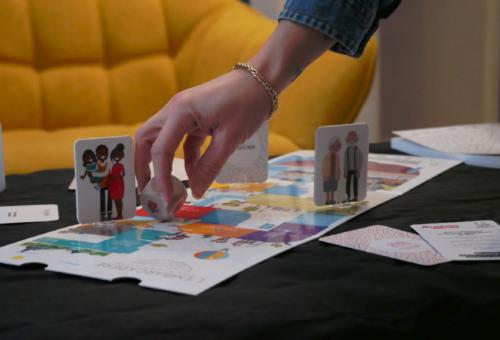 Personne jetant le dé du jeu de société fictif créé pour le concours de Bouygues Immobilier