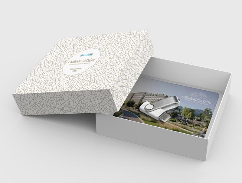 Extension de la boîte de jeu pour le projet l'Embarcadère de Bouygues Immobilier contenant un plateau de jeu et une clef usb, le tout aux couleurs du projet