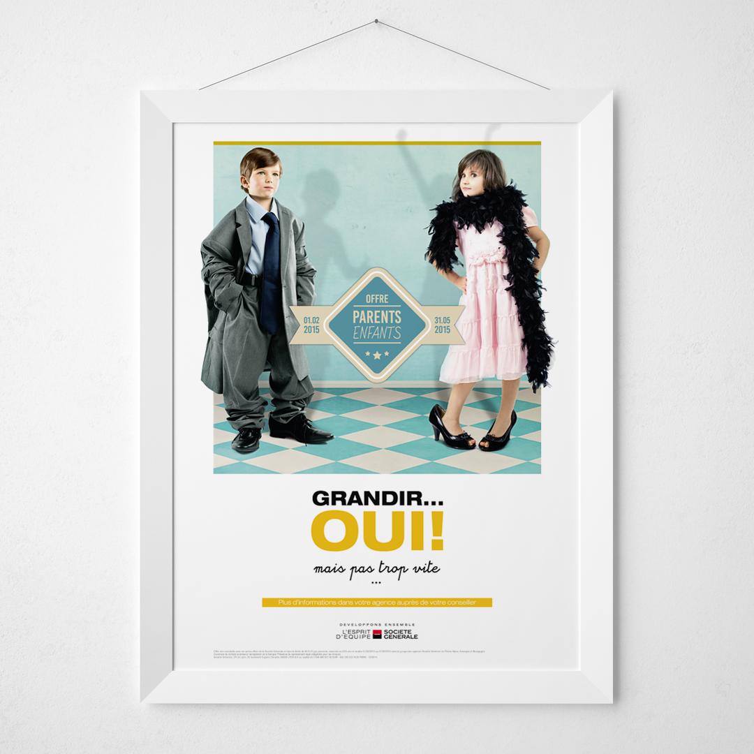 Affiche avec les deux enfants, un garçon et une fille, habillés comme des adultes sur un mur blanc et dans un cadre blanc