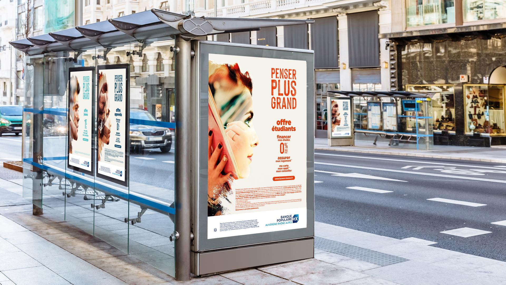 Affiche de la campagne jeune 2020 de la Banque Populaire sur les abris bus de la ville