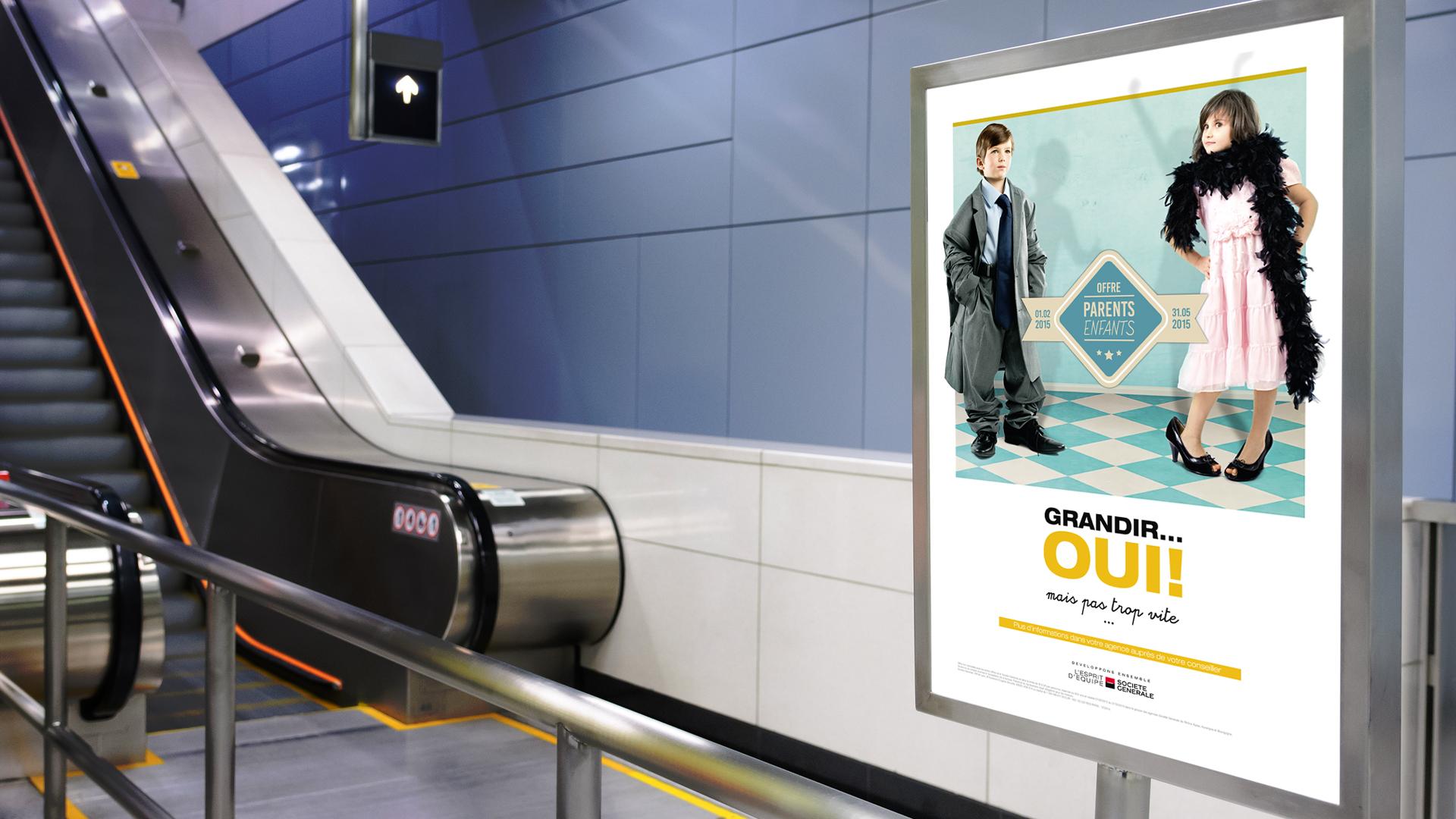 Campagne d'affichage de la banque avec des enfants habillés en adultes dans le métro devant un escalator