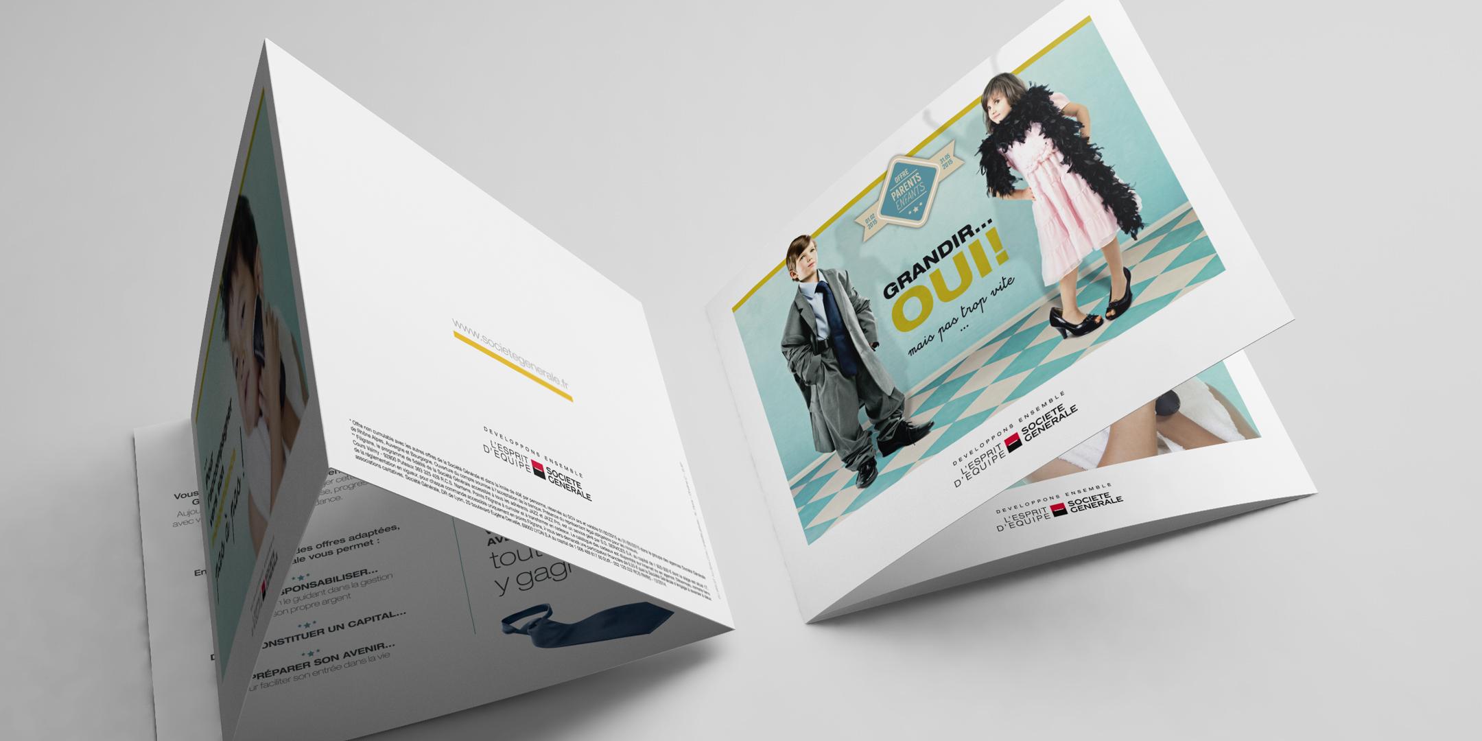 Brochure dépliante 3 volets ouverte avec les enfants habillés comme des adultes