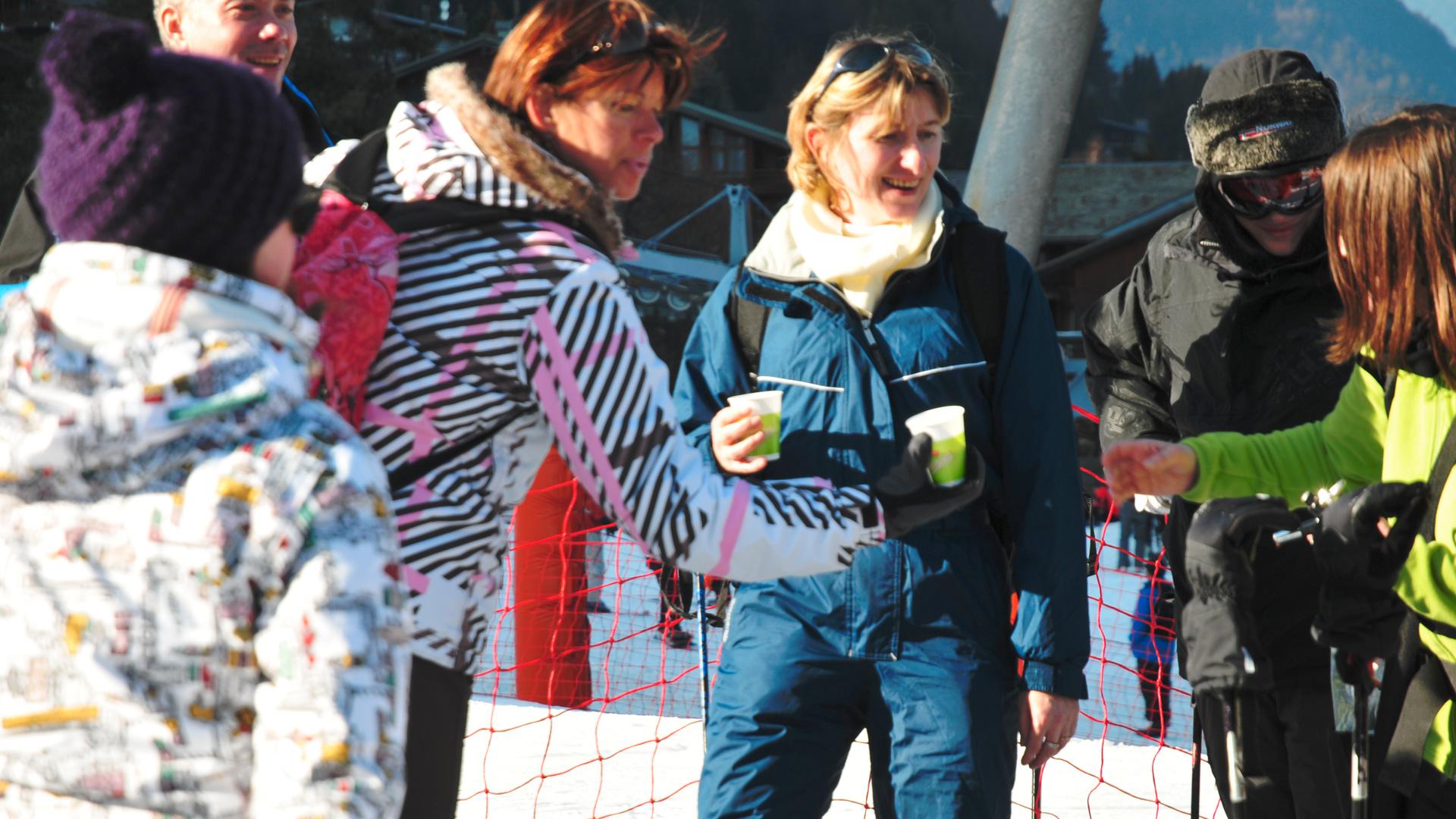 Skieur qui boivent du chocolat menier en bas des pistes de ski