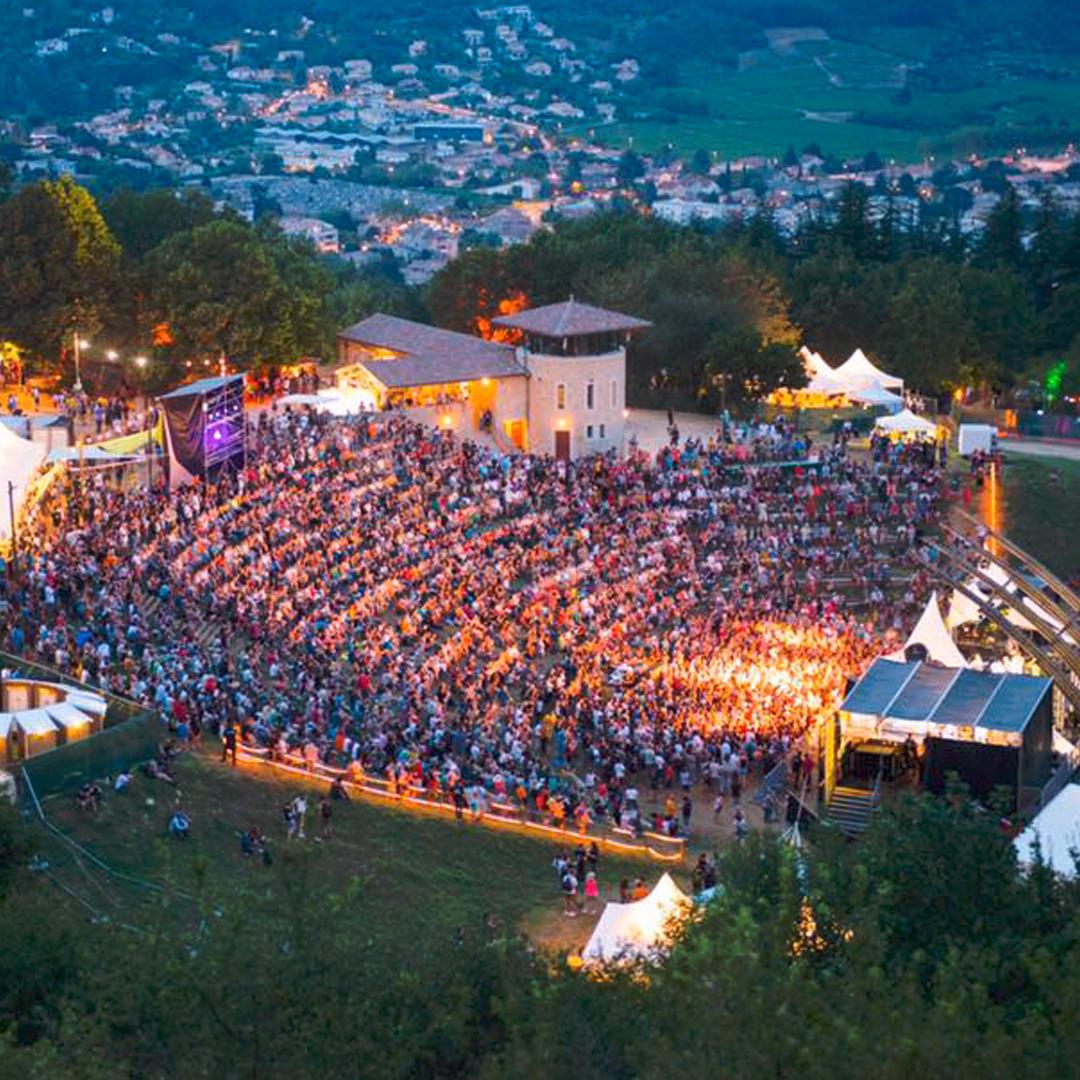Photographie en plongée de la scène du Crussol festival avec vue de tous les spectateurs