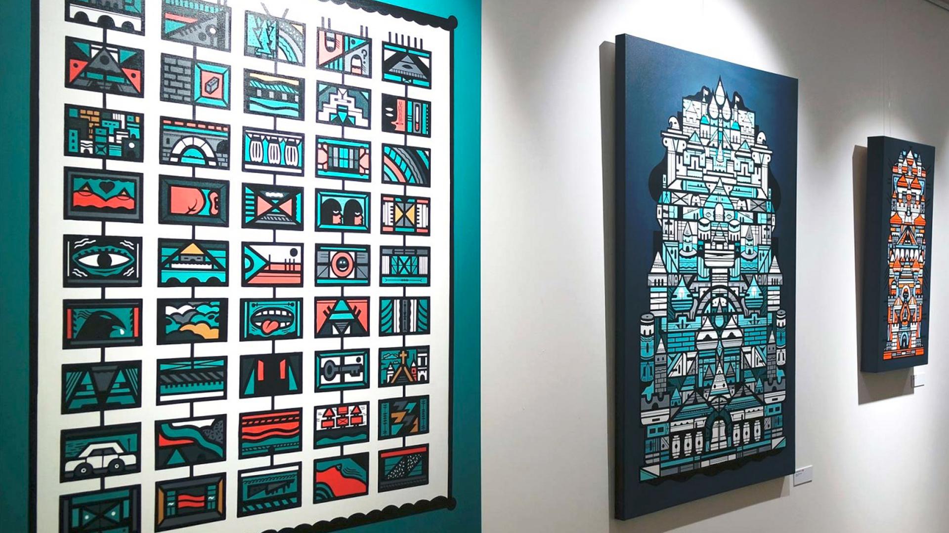 Mur avec 3 toiles de l'exposition Johnny Clegg par Grems pour illustrer les relations presse de l'inauguration réalisé par notre agence