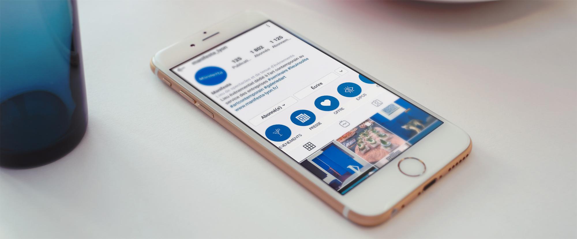 Smartphone affichant le compte de Manifesta sur Instagram
