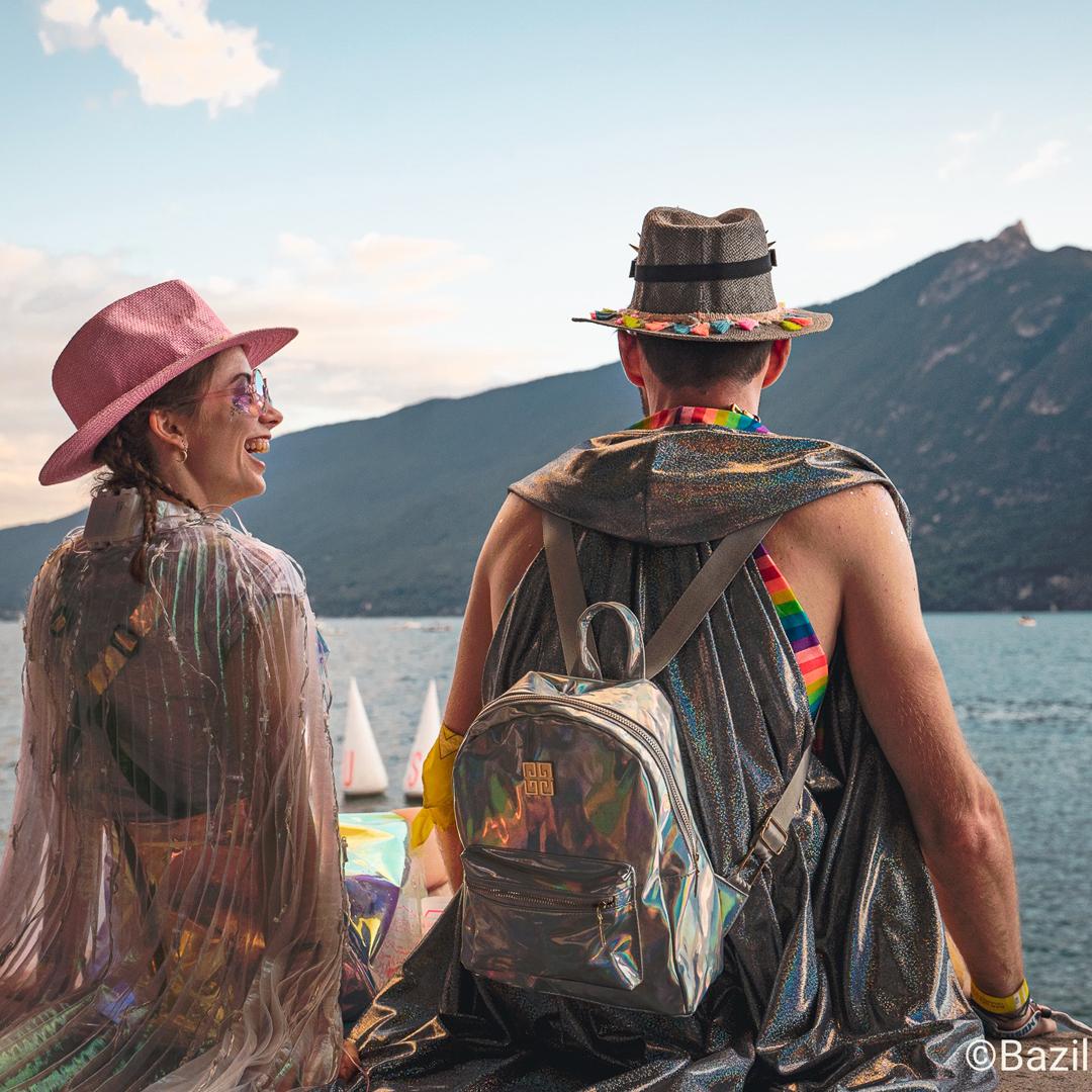 Couple déguisé en tenues à paillette assis le bord du Lac du Bourget
