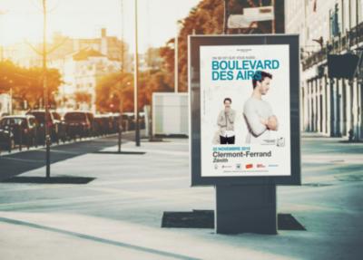 Mise en situation d'une affiche de boulevard des airs dans un affichage urbain