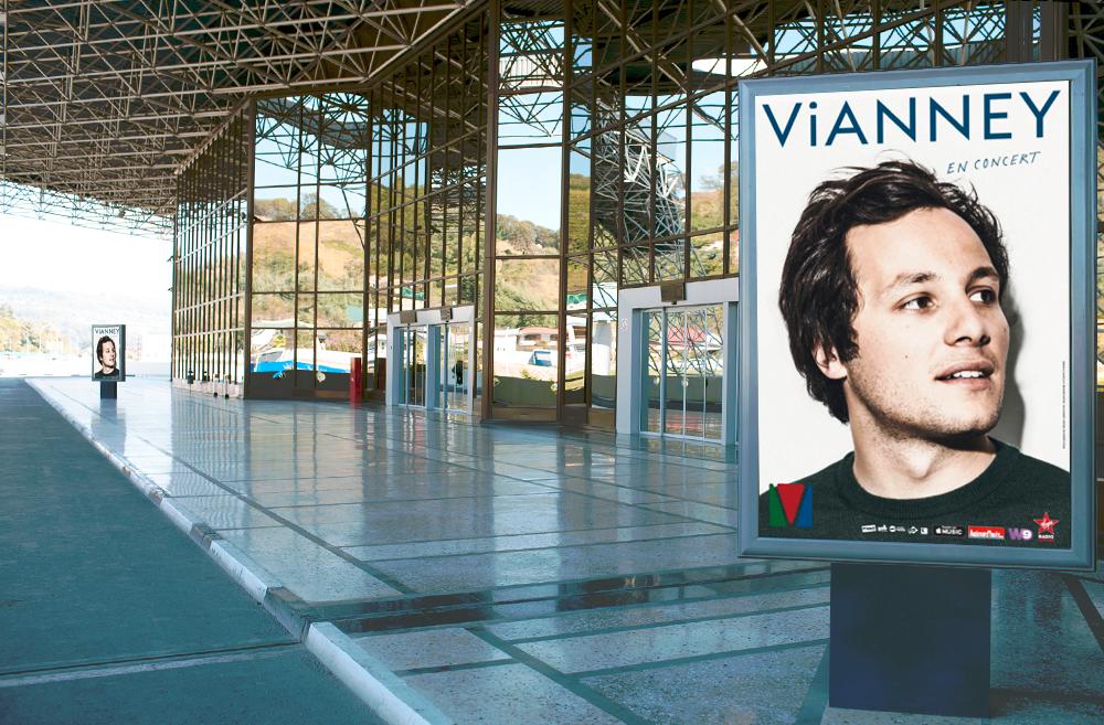 Mise en situation de l'affiche de la tournée de Vianney devant une gare