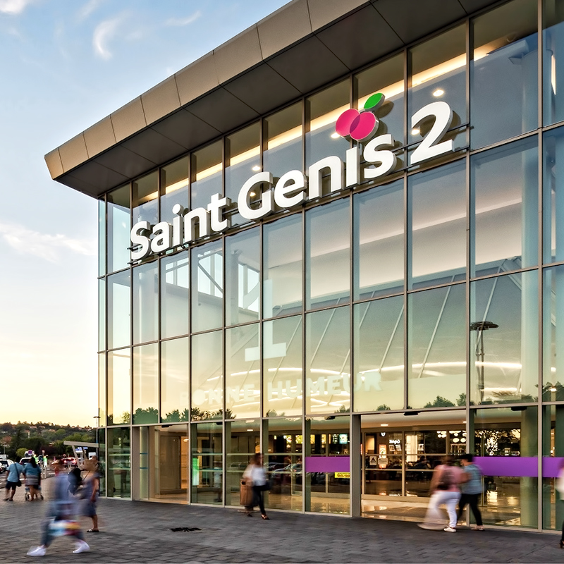 Allée entre les magasins à l'intérieur de Saint Genis 2