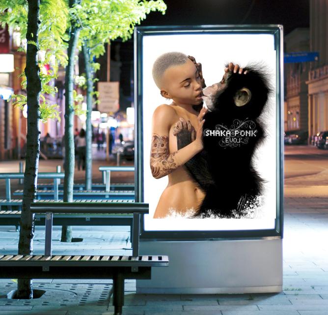 Mise en situation de l'affiche de concert Shaka Ponk dans un affichage urbain