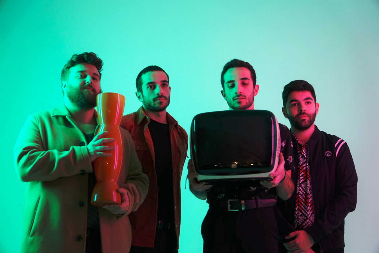 Membres du groupe de musique Bears Towers tenant un vase et une télévision