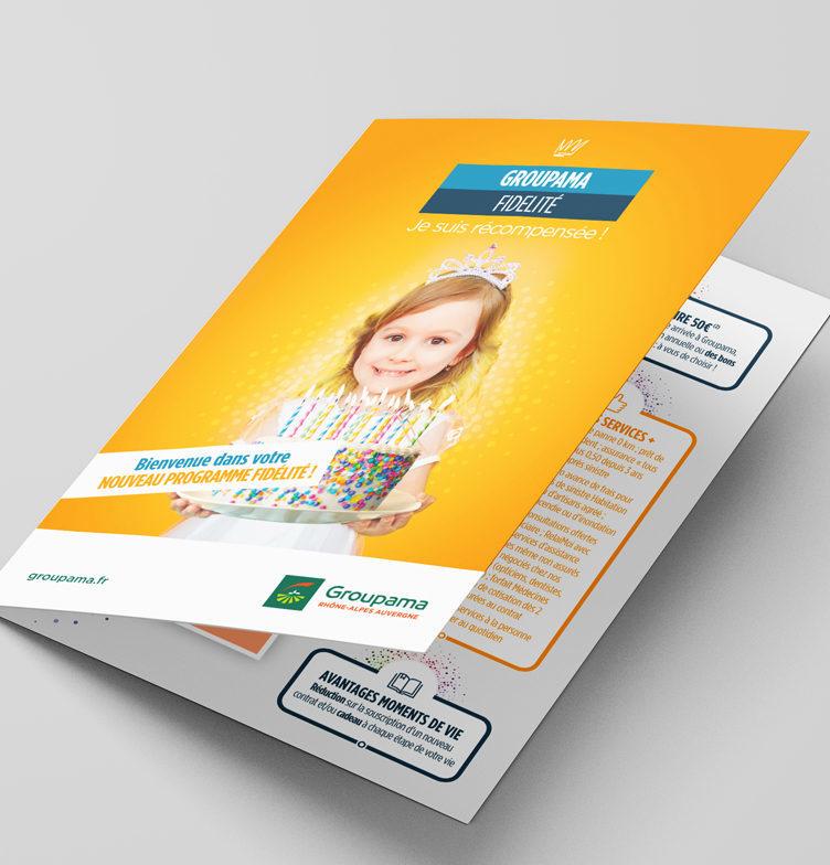 Brochure ouverte de l'offre Groupama Privilèges avec la petite fille qui tient un gateau en couverture
