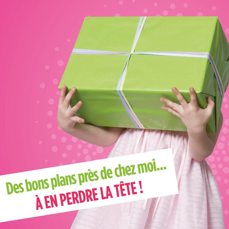 Gros plan sur une petite fille en robe rose qui tient un cadeau énorme vert pomme dans ses mains sur fond rose et baseline du programme Groupama