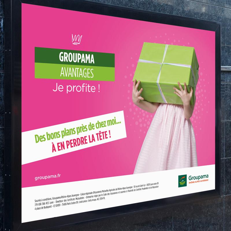Affiche du programme Groupama Privilèges 2020 avec une fille en robe rose qui tient un enorme cadeau vert pomme