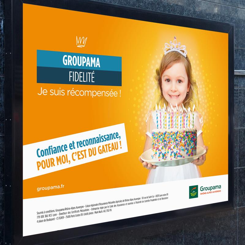 Affiche du programme Groupama Privilèges 2020 avec une jeune fille qui tient un gâteau d'anniversaire avec pleins de bougies