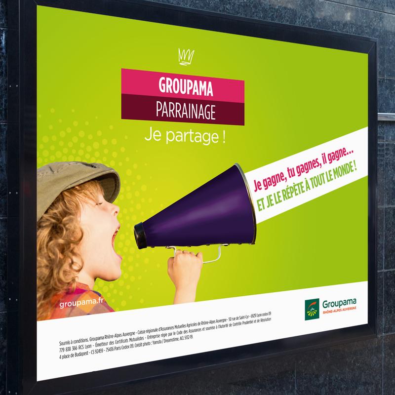 Affiche du programme Groupama Privilège avec un enfant qui hurle dans un mégaphone manuel