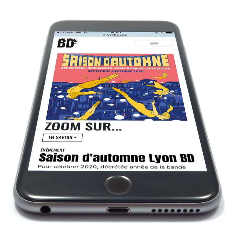 Téléphone portable sur fond blanc ouvert sur le site internet de Lyon BD