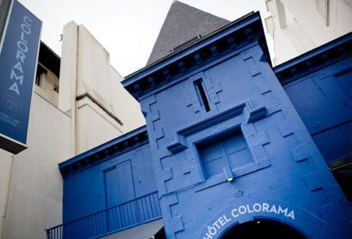 Façade de l'hôtel Colorama Festival à Biarritz avec une façade bleu foncé et un toit pointu noir