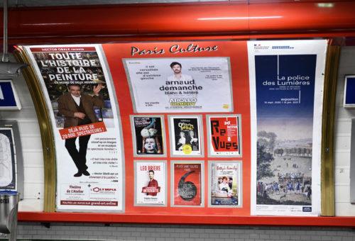 Quai de métro parisien Vaugirard avec affichage d'une campagne publicitaire sur le mur de carreaux blanc d'Arnaud Demanche 2