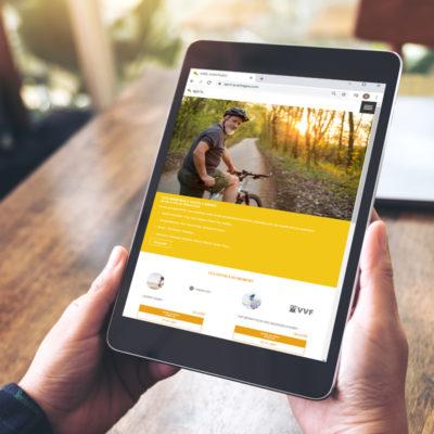 Personne qui tient une tablette dans ses mains sur le site internet d'april assurances