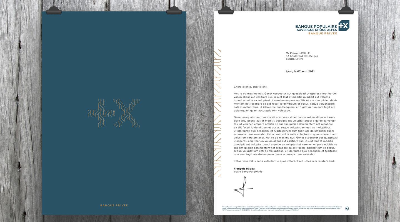Cartons de correspondance et papeterie mis aux couleurs de la charte graphique de la Banque